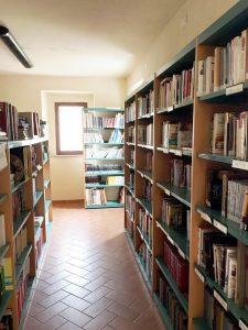 foto di interno della biblioteca