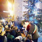 L'accensione dell'albero di Natale in piazza della Pace