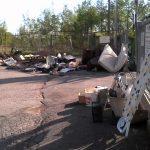 Rifiuti abbandonati davanti al centro di raccolta di Calizzo - 2